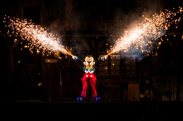 mickey-mouse-fantasmic-fire-fingers-disneyland-620x410